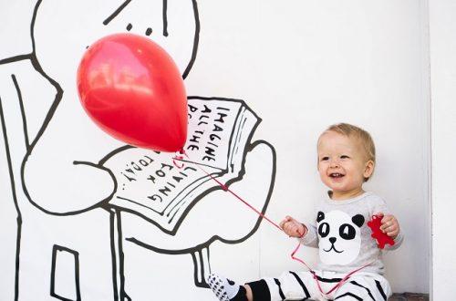 Szczęśliwe dziecko z balonem