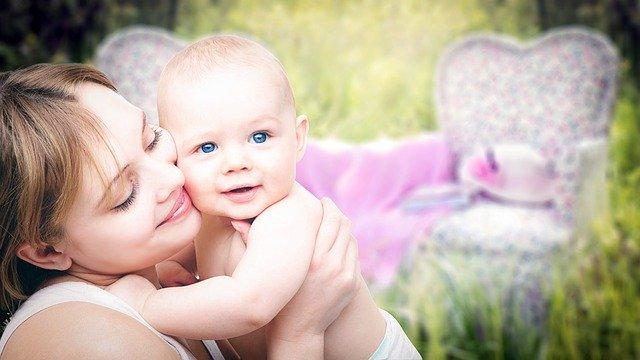 Kobieta przytula swoje dziecko