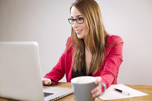 Kobieta pracująca z laptopem