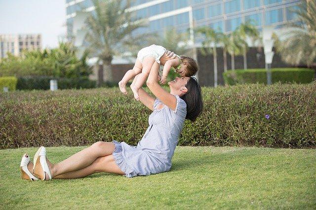 Matka z dzieckiem na trawniku