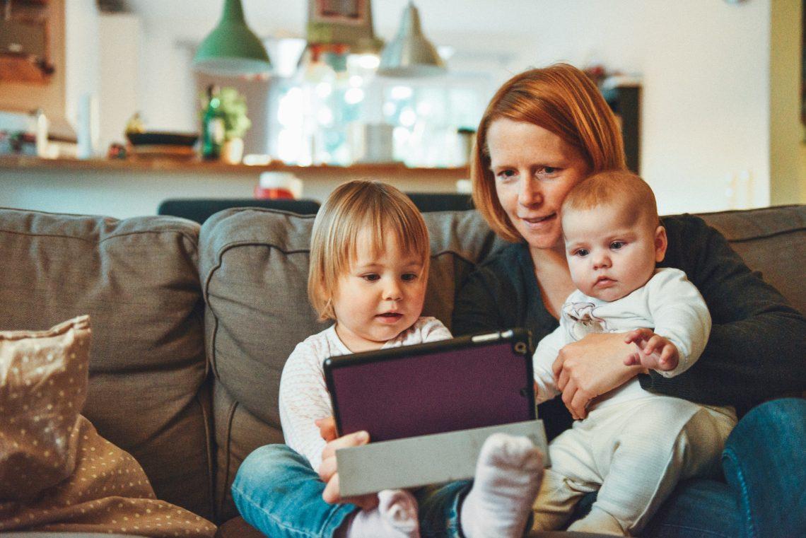 Mama siedzi z dziećmi na sofie